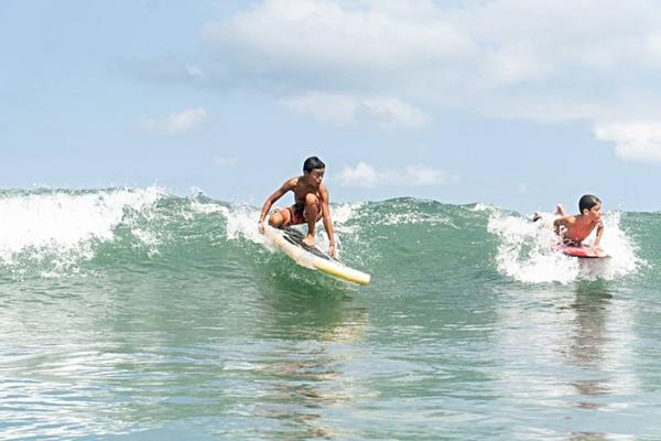 Surfista (esq.) disputa bateria com prancha feita com garrafas pet