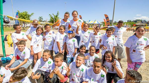 Ana Moser e crianças atendidas pelo IEE