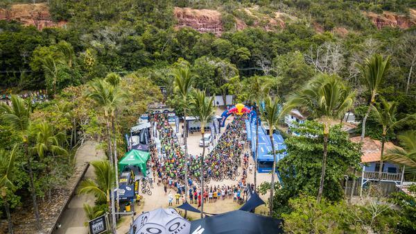 Ciclistas preparados para largada da Maratona dos Descobrimentos (Fabio Piva / Brasil Ride)