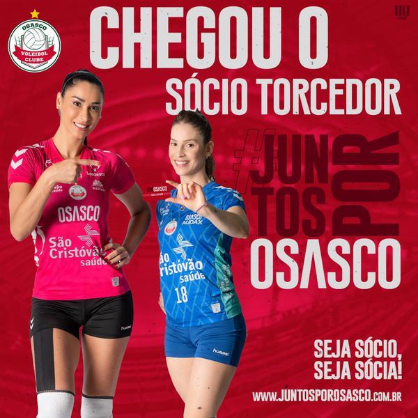 Jaque e Camila Brait com o cartão do sócio torcedor de Osasco