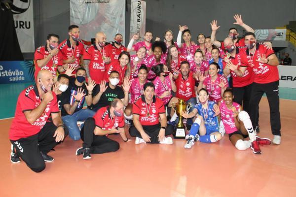 Equipe completa posa com o troféu