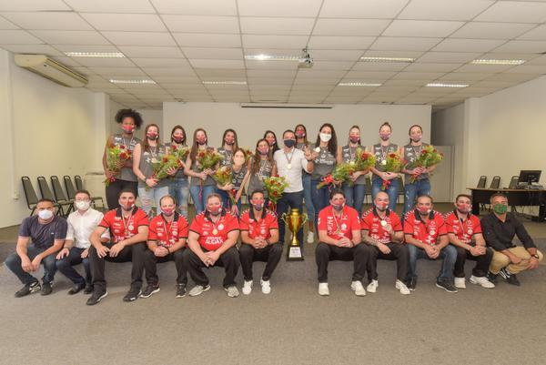 Rogério LIns (centro) com a equipe de Osasco e o troféu de campeão