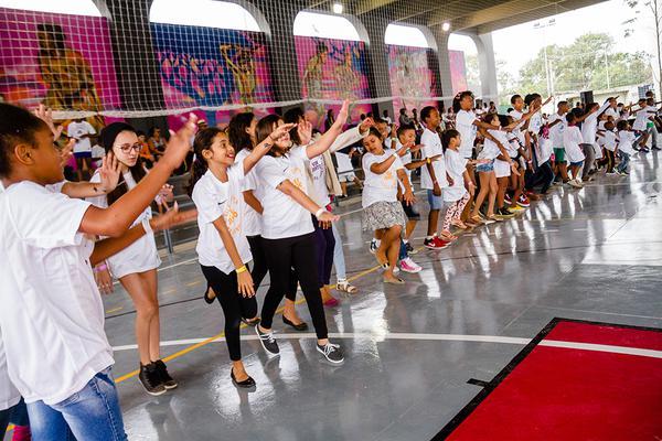 Crianças em atividade na Vila Olímpica Clara Nunes