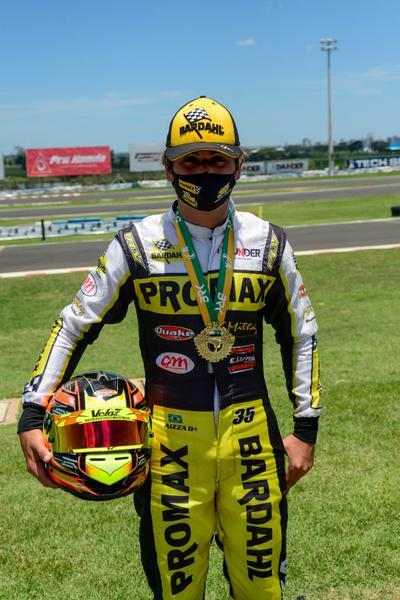Pedro Aizza com medalha do Brasileiro de Kart