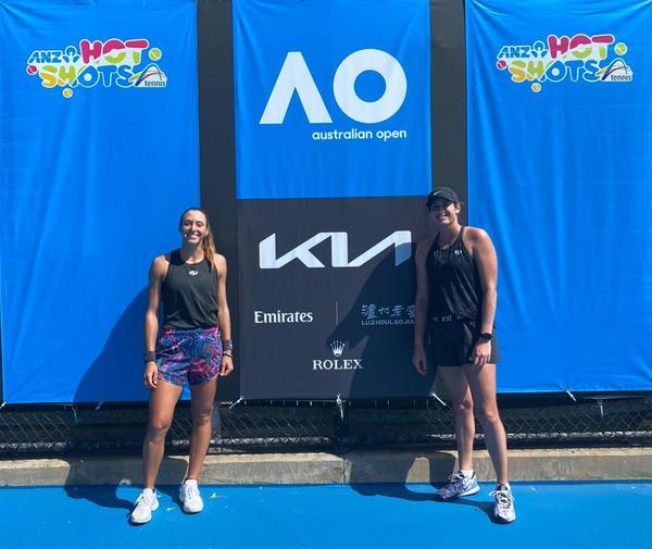 Stefani com Carter na quadra de treino do Australian Open