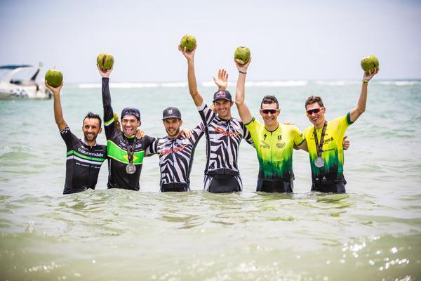 Vencedores comemoram no mar