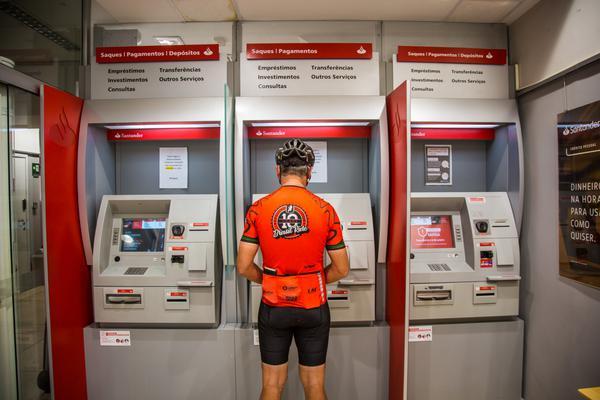Fundador da Brasil Ride em caixa eletrônico do Santander (Fabio Piva / Brasil Ride)