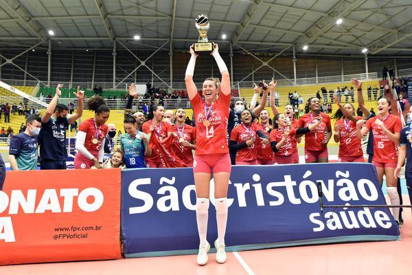 A capitã Fabíola com o troféu