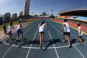 Garotas largam para prova dos 100 metros
