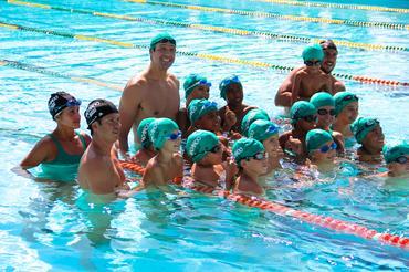 Gustavo Borges fez questão de nadar com todas as crianças presentes