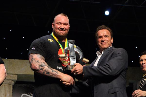 Thor recebeu troféu de Arnold Schwarzenegger