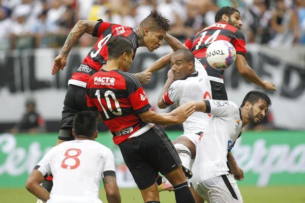Guerrero (9) e Ederson (10) disputam a bola