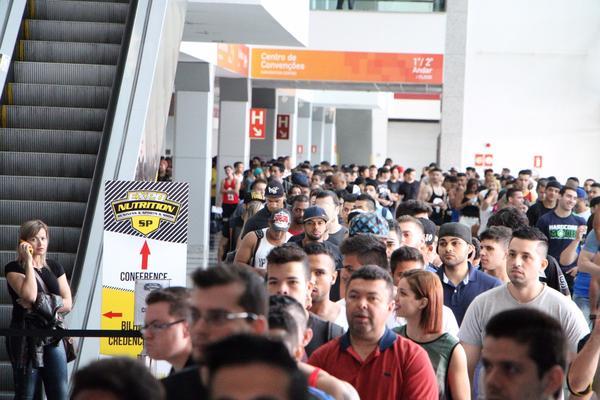 Público forma filas para a Expo 2015
