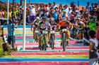 Duplas femininas na escadaria em Arraial d'Ajuda  (Armin Kuestenbrueck / Brasil Ride)