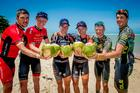 Top 3 da competição comemora com coco gelado (Armin Kuestenbrueck / Brasil Ride)