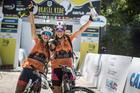 Isabella e Letícia comemoram título (Fabio Piva / Brasil Ride)