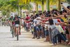 Estudantes de Guaratinga na torcida pelos ciclistas (Fabio Piva / Brasil Ride)