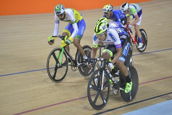 Gideoni Monteiro em ação no velódromo olímpico