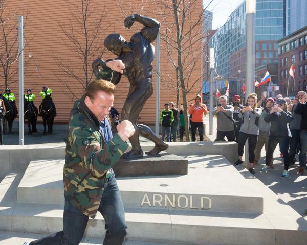 Arnold e sua estátua em Ohio