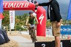 Aline Simões cruza a linha de chegada (Wladimir Togumi / Brasil Ride)