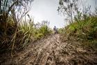 Lama obriga ciclistas a descerem caminhando (Fabio Piva / Brasil Ride)
