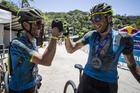 Abraão e Bart comemoram título de 2017 (Fabio Piva / Brasil Ride)