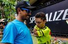 Bruno Paim autografa camisa de técnico da Shimano (Ney Evangelista / Brasil Ride)