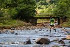 Atleta cruza rio durante a corrida (Wladimir Togumi / Brasil Ride)