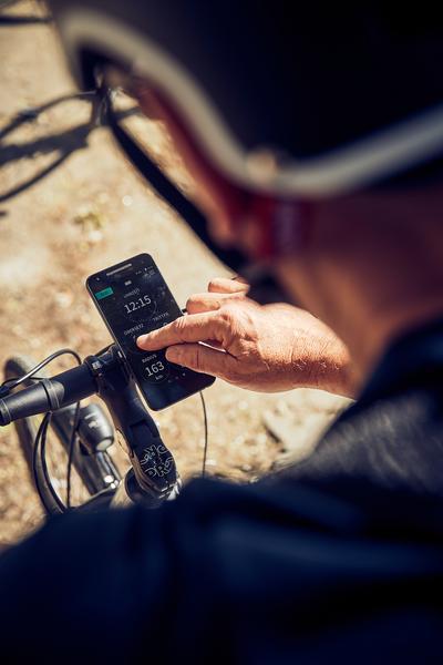Ciclista maneja o aplicativo